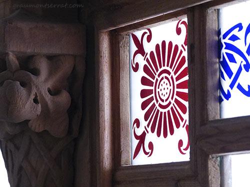 Imatge en detall artesania en vidre i fusta