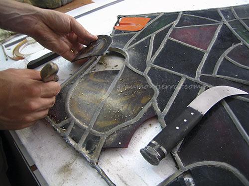 Treballs de restauració de vidres fracturats de la rosassa al taller de grau_montserrat, vitralls