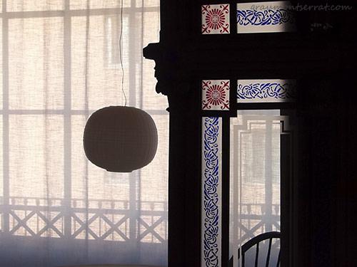 Fotografia vista parcial de la galeria amb vidres gravats i mobiliari