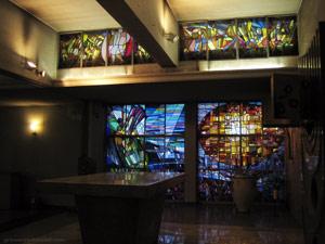 Vista parcial dels vitralls de l'antiga església Sant Albert Magne de Barcelona