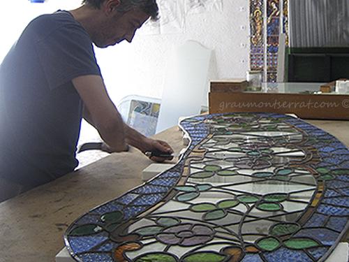 Substitució del plom perimetral del vitrall - Sustitución del plomo perimetral del vitral - Replacing the perimeter lead of the stained glass.