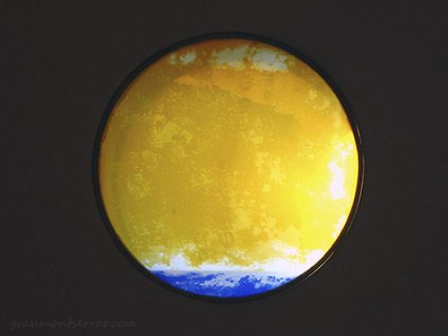 Vista del plafó a amb vidres plaqué groc i blau gravat a l'àcid i enresinats